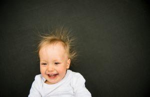 baby met haren omhoog van de statische elektriciteit