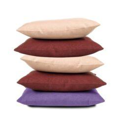 verschillende kleuren kussens op elkaar gestapeld